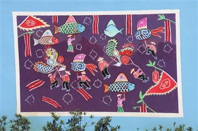 目前,玉环渔民画主要传承群体是玉环县渔民画会,在坎门一带非常活跃,全县发展了近百名渔民画爱好